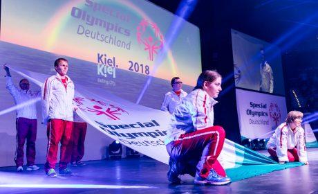 Die Fahnenträger präsentieren die Special Olympics Fahne. (Foto: SOD/Sascha Klahn)