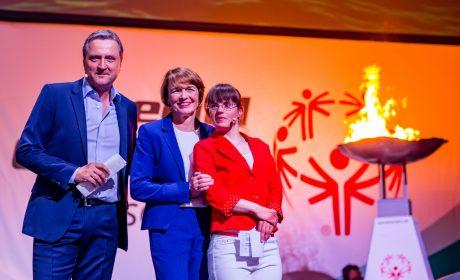 Die Moderatoren der Eröffnungsfeier Andreas Käckell und Juliana Götze nahmen die Schirmherrin der Nationalen Spiele, Elke Büdenbender, in ihre Mitte. (Foto: SOD/Sascha Klahn)