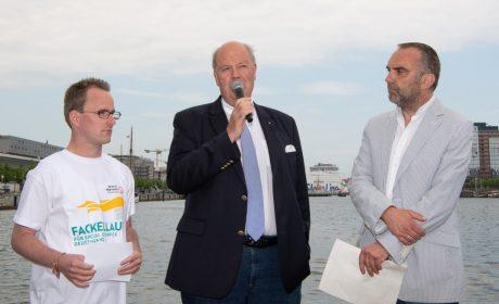 Sebastian Kröger, Athletensprecher der Special Olympics Schleswig-Holstein, Innenminister Hans Joachim Grote und Moderator Ralf Huber. (Foto: SOD/Michael Richter)