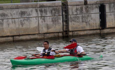Die Fackel wird im Kanu von dem Unified-Team Cornelius Schenk, Kieler Kanu-Club, und Kai Sparenborg, Handwerkerhof fecit, über das Wasser getragen. (Foto: SOD/Michael Richter)
