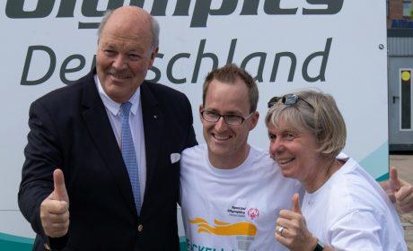 Innenminister Hans Joachim Grote mit Athletensprecher Sebastian Kröger und Maike Rotermund von den Norderstedter Werkstätten. (Foto: SOD/Michael Richter)