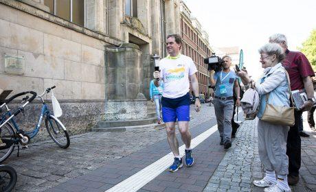 Oberbürgermeister Dr. Ulf Kämpfer trägt die Special Olympics Fackel auf einer Etappe durch Kiel. (Foto: SOD/Stefan Holtzem)