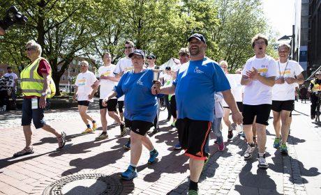 Die Läuferinnen und Läufer tragen die Special Olympics Fackel durch Kiel. (Foto: SOD/Stefan Holtzem)