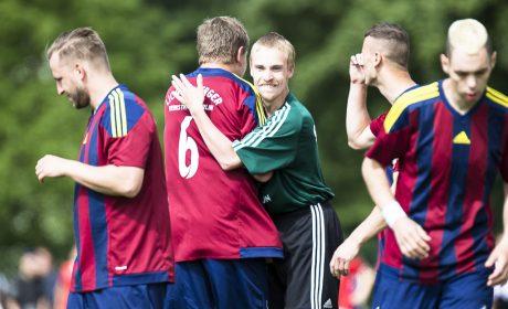 Fair Play steht im Vordergrund. Mario Schulz, Lichtenberger Werkstätten Berlin, umarmt einen Spieler vom SVNA IBis Hamburg. (Foto: SOD/Stefan Holtzem)