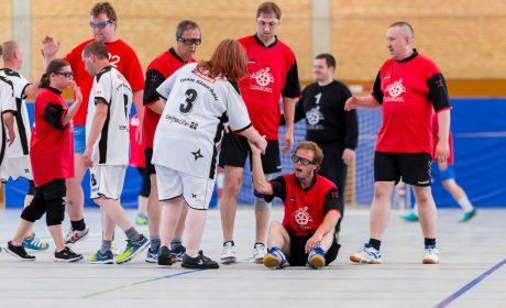 Das Team der Diakoniewerk Westsachsen gGmbH Werkstatt Lebensbrücke Glauchau spielt gegen den Radebeuler Handball Verein. (Foto: SOD/Sascha Klahn)