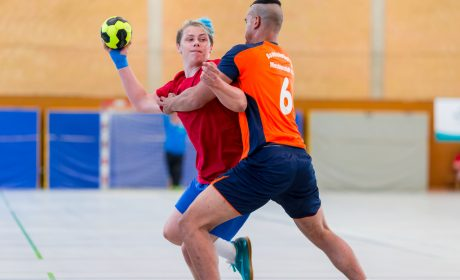 Handball: Sebastian Bohn, SV Fortschritt Meißen- West 1990 e.V., gegen Sergio Wegner, Bodelschwingh-Hof Mechterstädt e.V. (Foto: SOD/Sascha Klahn)