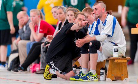 Abstimmung zwischen Trainer und Team bei den Handball-Wettbewerben der Special Olympics Kiel 2018. (Foto: SOD/Sascha Klahn)