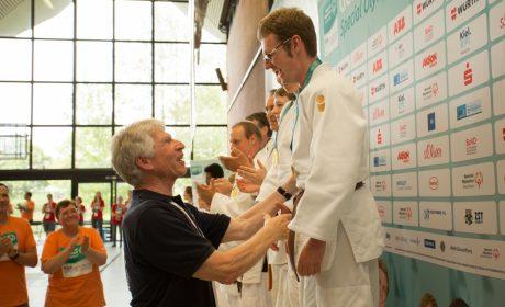 Judo: Athlet Andreas Gramsch bei der Siegerehrung mit Joachim Kesting, Vorsitzender Special Olympics Bayern. (Foto: SOD/Jo Henker)