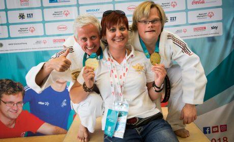 Judo: Alexandra Rossbach und Viktor Gdowczok haben die Goldmedaille geholt in Unified-Kata Wettbewerb. Hier mit Trainerin Timea Bencsik. (Foto: SOD/Jo Henker)