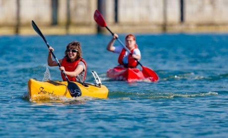 Leona Johs, Wassersport PCK Schwedt e.V., vor Josephine Häuser, Wassersport PCK Schwedt e.V. (Foto: SOD/Sascha Klahn)