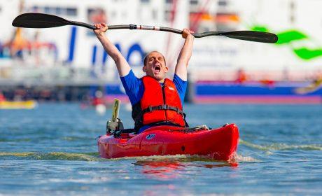 Jan Eichler, Wassersport PCK Schwedt e.V., reißt im Ziel jubelnd das Paddel in die Luft und schreit laut vor Freude. (Foto: SOD/Sascha Klahn)