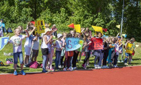 Die 3. und 4. Klasse der Reventlouschule Kiel feuern die Athleten an. (Foto: SOD/Florian Conrads)