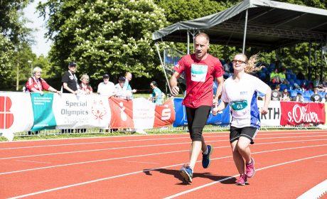 Leichtathletik: Jenny Dabelstein, St.-Nikolaus-Schule Marktheidenfeld, mit ihrem Helfer beim 1.500m Lauf. (Foto: SOD/Stefan Holtzem)