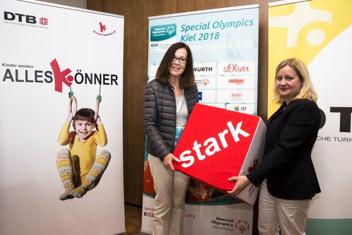 Brigitte Lehnert, Erste Vizepräsidentin SOD, und Kerstin Holze, Vorsitzende der Deutschen Turnerjugend, besiegelten die Zusammenarbeit zwischen Special Olympics Deutschland und Deutschem Turner-Bund. (Foto: SOD/Stefan Holtzem)