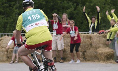 Die Helferinnen und Helfer feuern die Athleten beim Radfahren an. (Foto: SOD/Jörg Brüggemann OSTKREUZ)