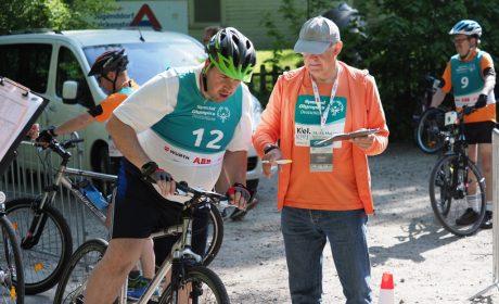Ein Helfer gibt letzte Hinweise beim Start der Klassifizierung im Radfahren. (Foto: SOD/Bernd Kanitz)