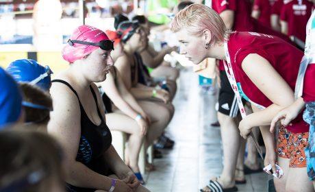 Athletin Sharon Ribbach, Schleswiger Werkstätten, mit ihrer Helferin Ayleen Schone. (Foto: SOD/Stefan Holtzem)