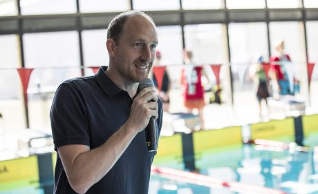 Thomas Lurz, mehrfacher Medailliengewinner bei Weltmeisterschaften und Olympischen Spielen, begrüßt die Schwimmerinnen und Schwimmer im Uni Sportforum der Universität Kiel. (Foto: SOD/Stefan Holtzem)