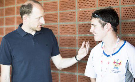 Thomas Lurz, mehrfacher Medailliengewinner bei Weltmeisterschaften und Olympischen Spielen, gibt dem Athleten Dennis Plaßmeyer, Montessori-Schule Osnabrück, wertvolle Tipps. (Foto: SOD/Stefan Holtzem)