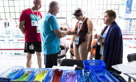 Bei den Schwimmwettbewerben erhalten die Starter farbige Bänder um ihren Startblock einfacher zu finden. (Foto: SOD/Stefan Holtzem)