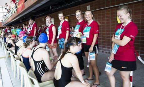 Helfer und Athleten bei der Startaufstellung für die Schwimmwettbewerbe. (Foto: SOD/Stefan Holtzem)