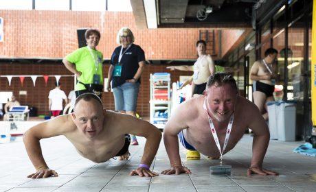 Die Athleten messen sich bereits außerhalb des Schwimmbeckens. Cornel Borger, Mainfränkische Werkstätten Gemünden, macht mit Sven Luszas, Lebenshilfe Wolfsburg. (Foto: SOD/Stefan Holtzem)