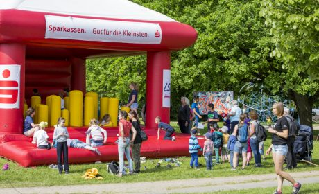 Aktionstag 'Kinder mit an Bord': Die Hüpfburg war fest in Kinderhand. (Foto: SOD/Florian Conrads)