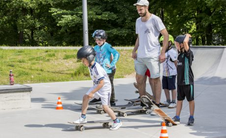 Aktionstag 'Kinder mit an Bord': Skateboard-Trainer Johannes Meyer-Bohe stand den Kindern mit Rat und Tat zur Seite. (Foto: SOD/Florian Conrads)