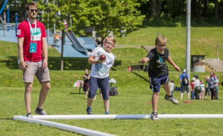 Aktionstag 'Kinder mit an Bord': Auch im Kugelstoßen konnten sich die Kinder ausprobieren und kleine Wettbewerbe austragen. (Foto: SOD/Florian Conrads)