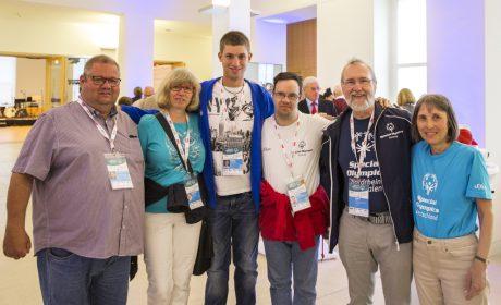 Familienempfang: Daniel Sträßer (3. vl., Einzelmitglied) mit seinen Eltern und Thomas Wendt (3. vr., Einzelmitglied), ebenfalls mit seinen Eltern. (Foto: SOD/Florian Conrads)