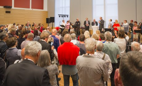 Familienempfang: Landtagspräsident Klaus Schlie und Ministerpräsident Daniel Günther begrüßen die Familien im Landeshaus Schleswig-Holstein. (Foto: SOD/Florian Conrads)
