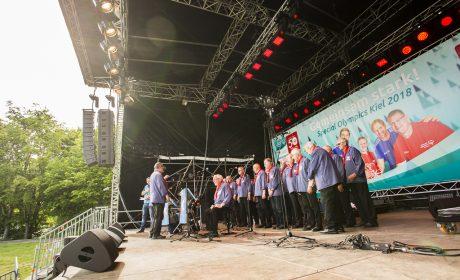 """Der Shanty Chor """"Kieler Förde"""" auf der Bühne im Olympic Town. (Foto: SOD/Sarah Rauch)Der Shanty Chor 'Kieler Förde' auf der Bühne im Olympic Town. (Foto: SOD/Sarah Rauch)"""