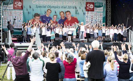 Der Chor der Grundschule Suchsdorf hat ein Programm extra für die Eröffnung von Olympic Town vorbereitet und animiert die Zuschauer zum mitmachen. (Foto: SOD/Stefan Holtzem)