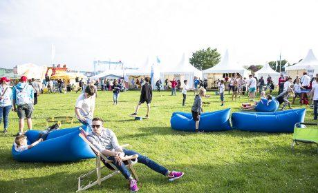 Die große Wiese am Olympic Town lädt die Besucher ein zu relaxen oder sich aktiv zu betätigen. (Foto: SOD/Stefan Holtzem)