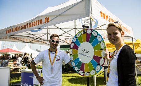Julian Albrecht und Lena Struck (Stadtmission Suchtberatungsprävention) helfen am Stand von 'Kinder stark machen'. (Foto: SOD/Sarah Rauch)