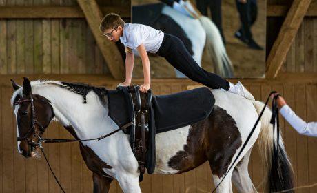 Voltigieren: Athlet Leon Philipp von der Schule unter Eichen auf dem Pferd Soraya. (Foto: SOD/Sascha Klahn)