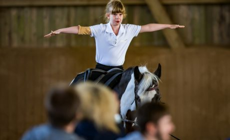 Voltigieren: Athletin Lena Bartels von der Schule unter Eichen auf dem Pferd Soraya. (Foto: SOD/Sascha Klahn)