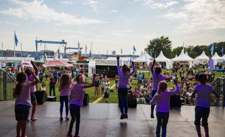 Kinder der Tanzschule Danny + Dance mit einer Tanzdarbietung auf der Bühne. (Foto: SOD/Sarah Rauch)